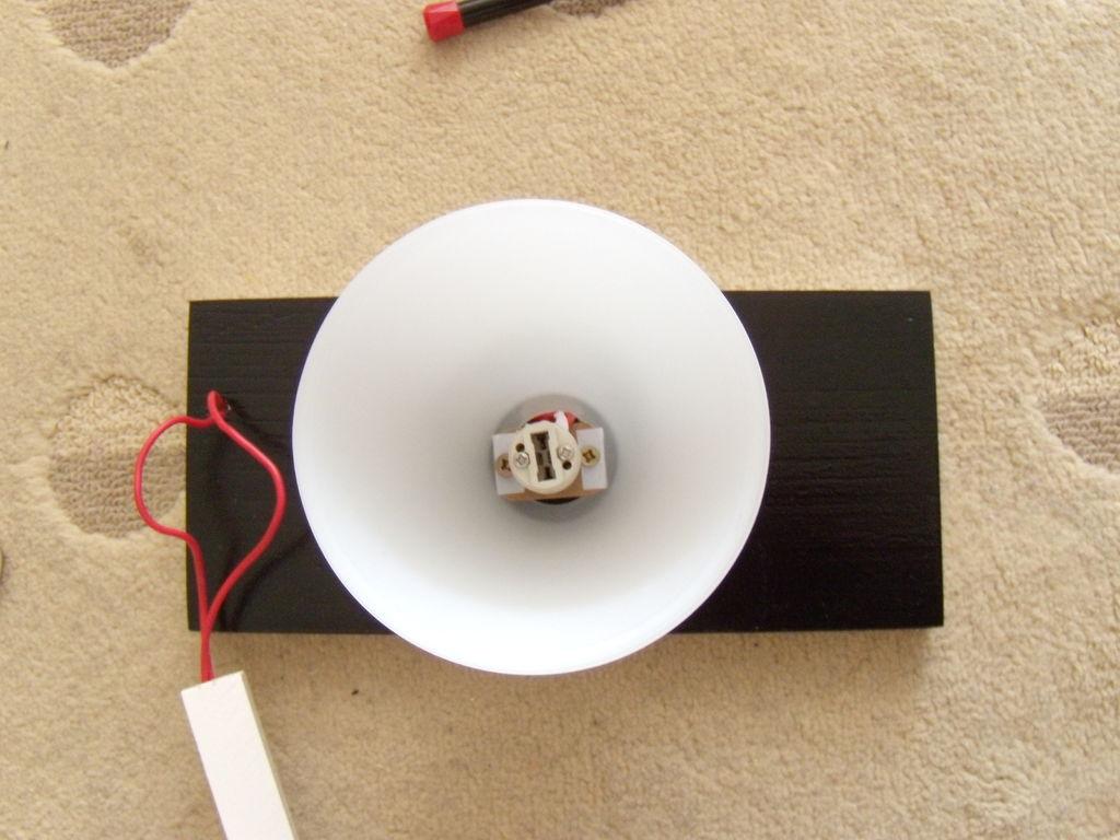 Крепление цоколя и лампы в  настольном светильнике