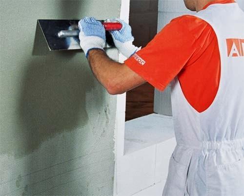 Как штукатурить газобетон: выравнивание стены