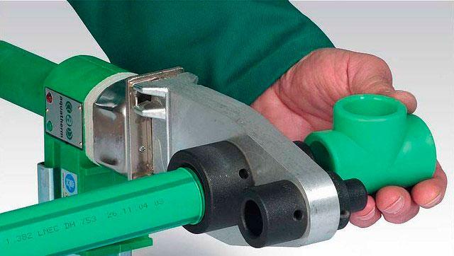 Процесс нагревания и последующего соединения трубы и фитинга