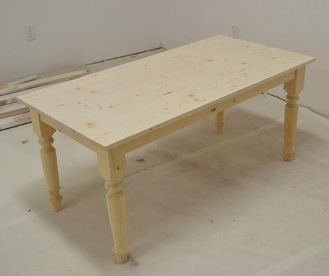 Собранный обеденный стол