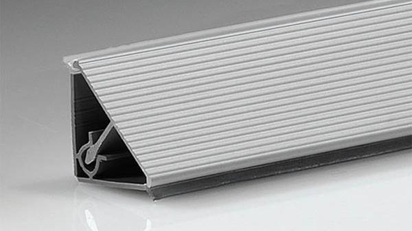 Треугольный плинтус с двумя монтажными отсеками и креплением на одну клипсу