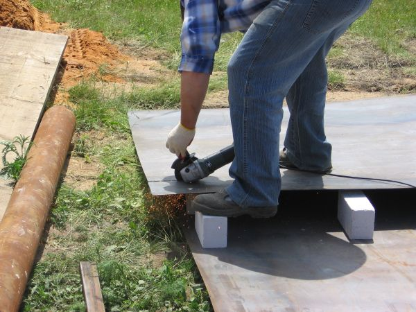 На ровной поверхности отрезаем размеченный металлический лист
