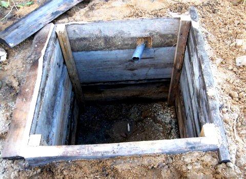 Сливная яма изготовленная из деревянных щитов