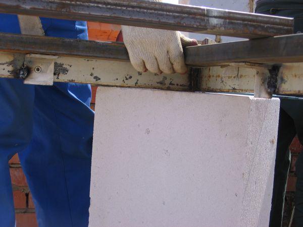 Установка нижней створы ворот, справа виден фиксирующий упор