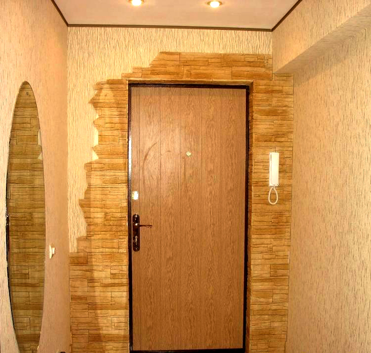Отделка дверного проема входной двери декоративным камнем