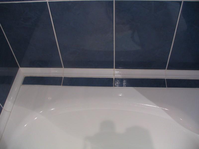 Чем заделать щель между ванной и стеной: керамические бордюры