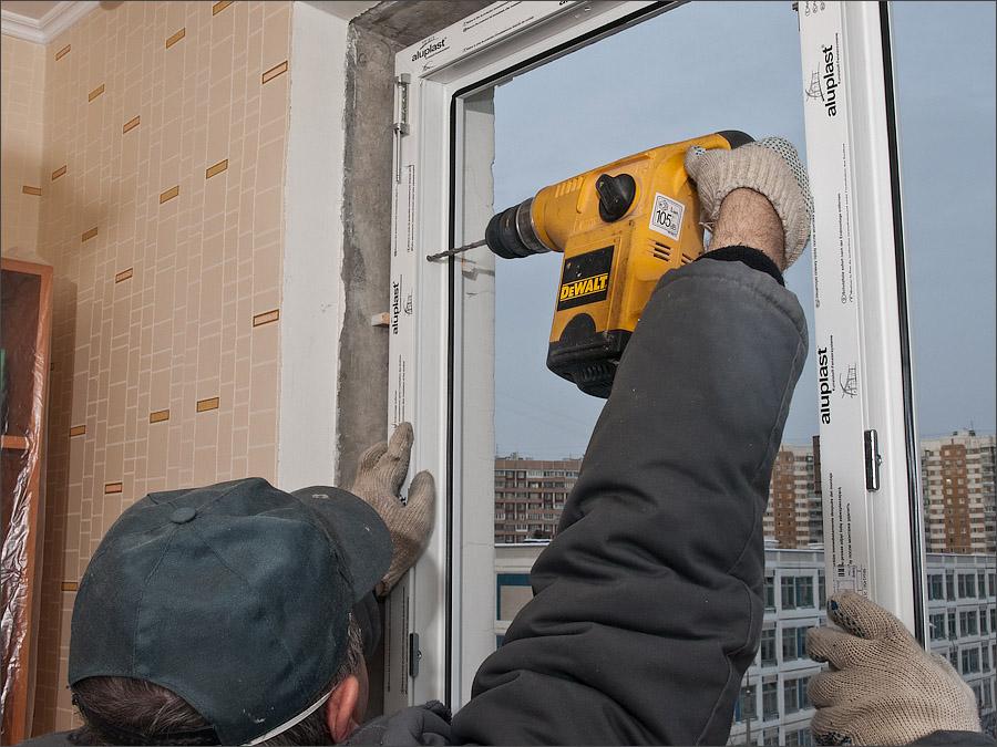 Установка и закрепление пластикового окна