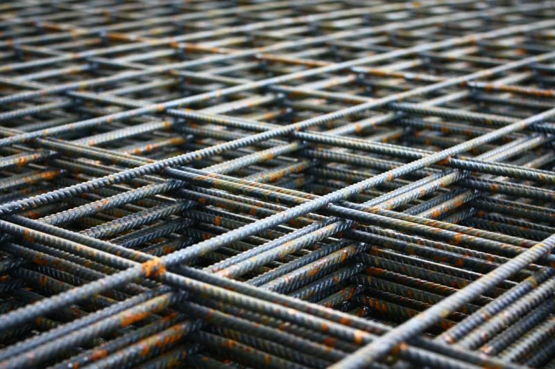 В форме монтируется арматура для надежного сцепления застывшего бетона