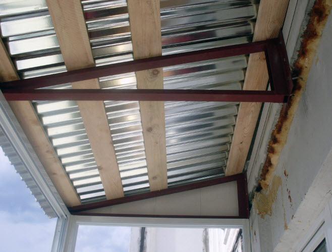 Монтаж крыши балкона с выносом