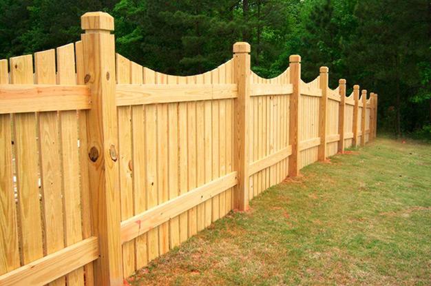 Деревянный забор на деревянных столбах