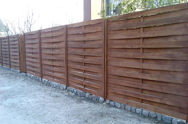 Деревянный забор на фундаменте