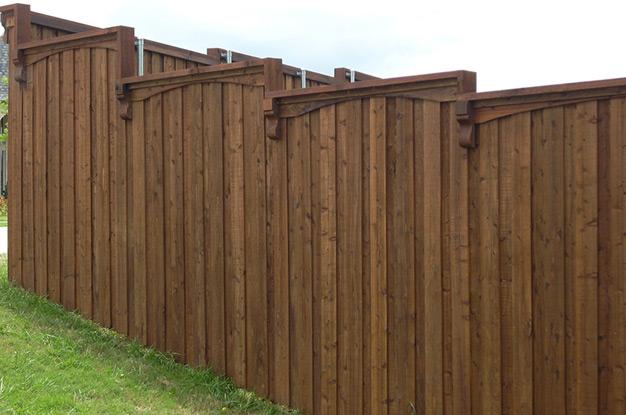 Деревянный забор на горке