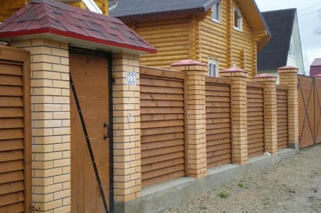 Деревянный забор с наклонными досками