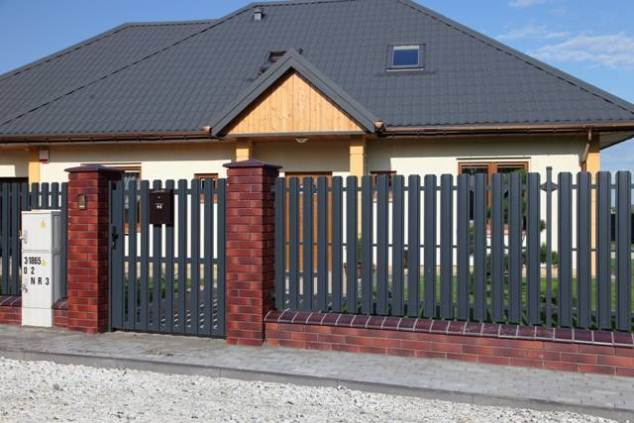 Забор с калиткой из штакетника