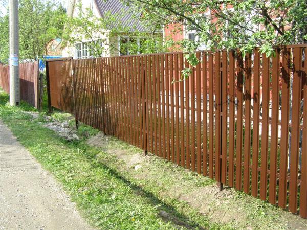 Покрашенный деревянный забор из штакетника