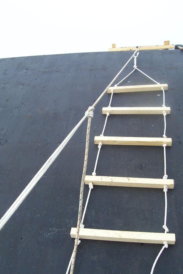 Веревочная лестница на крыше