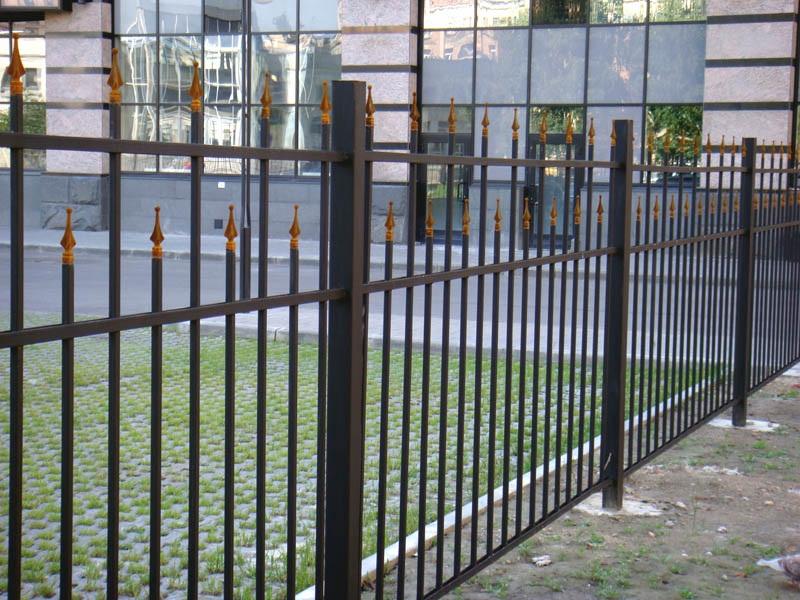 Забор из сварной профильной трубы с наконечниками