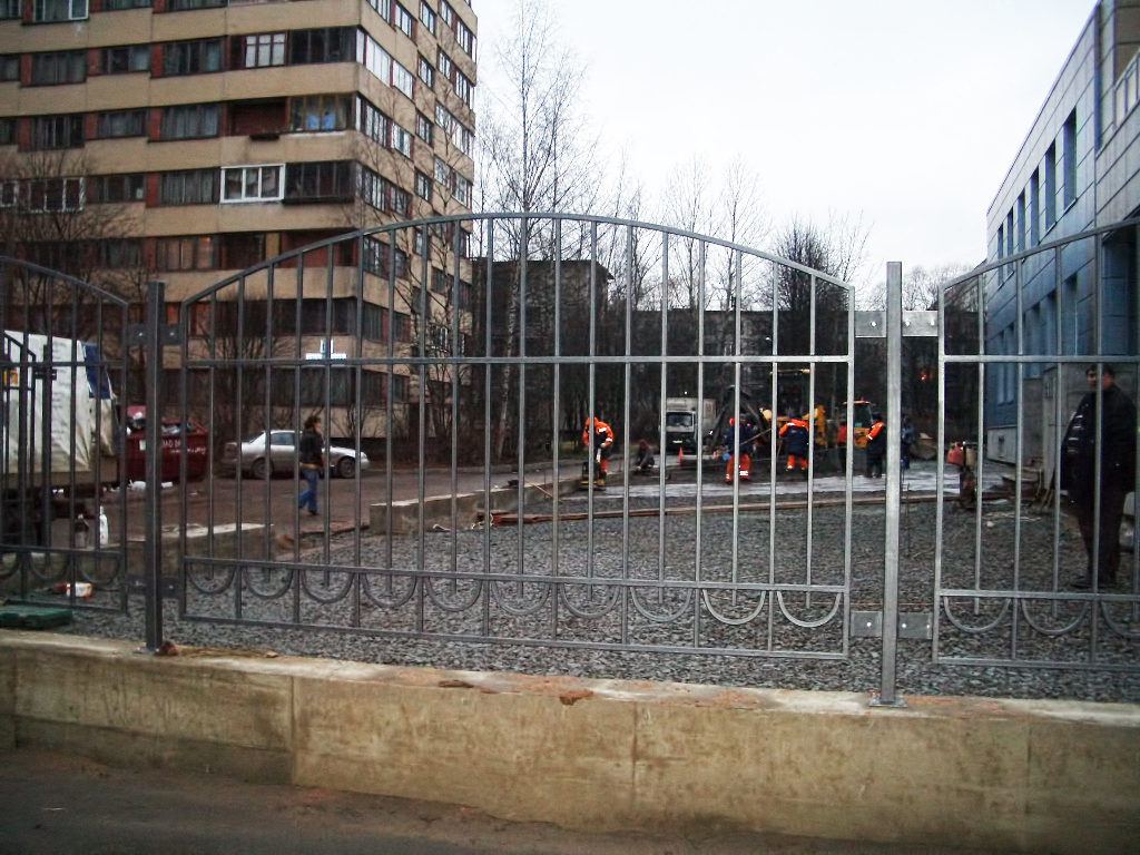 Забор на ленточном фундаменте и со скругленным верхом