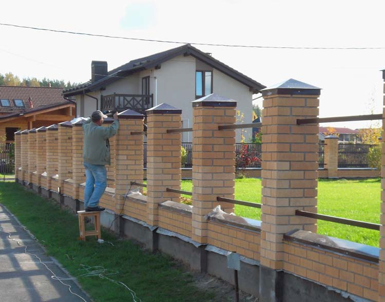Кирпичные опоры для ограды