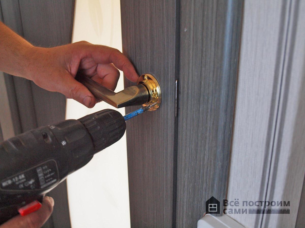Крепеж основы дверной ручки на шурупы