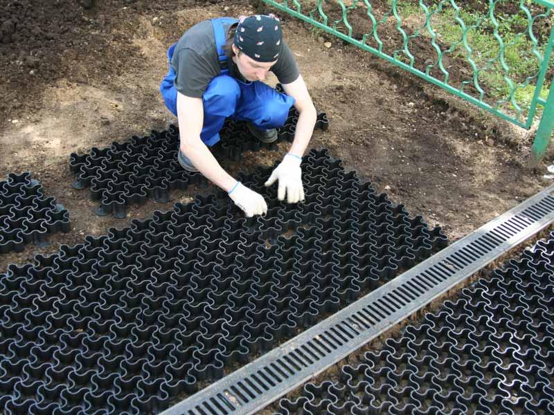 Укладка пластиковой газонной решетки