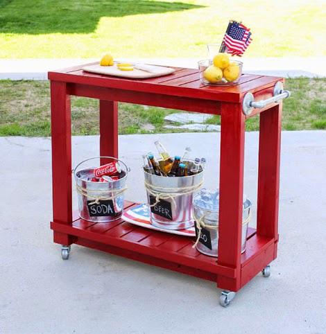 Красный деревянный сервировочный столик на колесиках