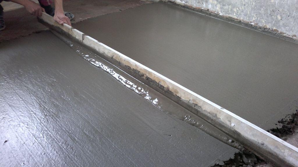 Выравнивание цементной стяжки пола правилом