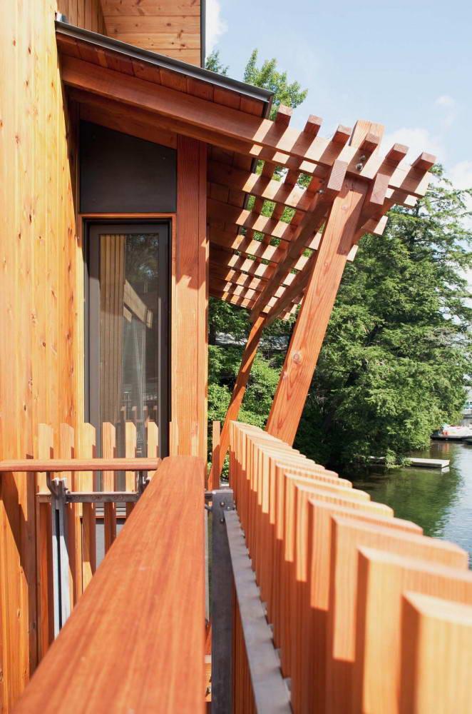 Балкон дома на воде