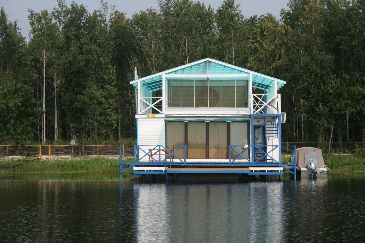 Двухэтажный плавучий дом