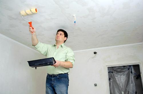 Как смыть с потолка старую побелку