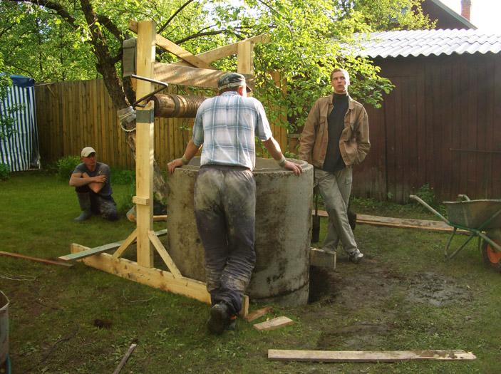 Установка бетонного колодца