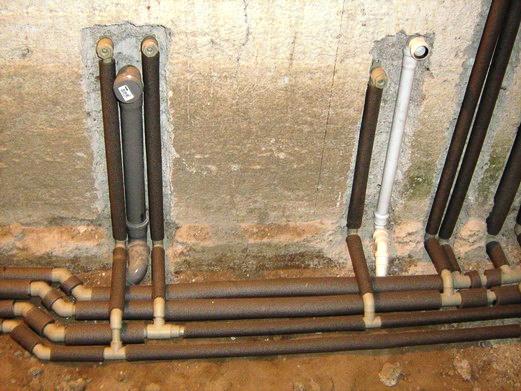 Штробление бетонной стены под