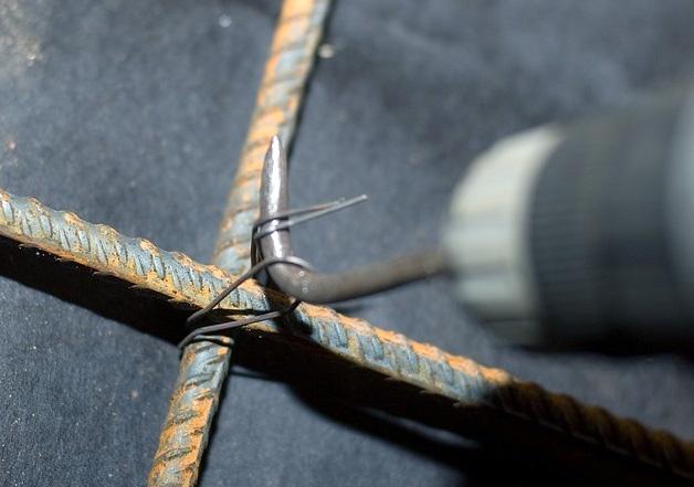 Вязка арматуры крюком