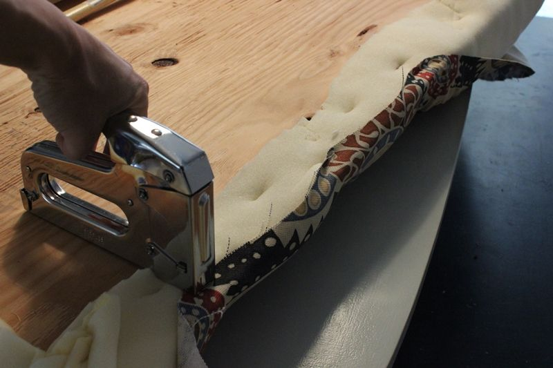 Крепление ткани на спинке скобами