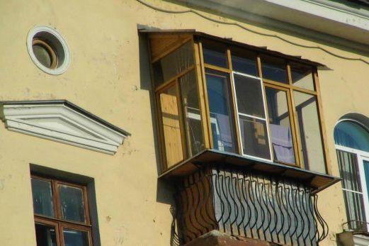 Выносное остекление балкона с деревянным профилем