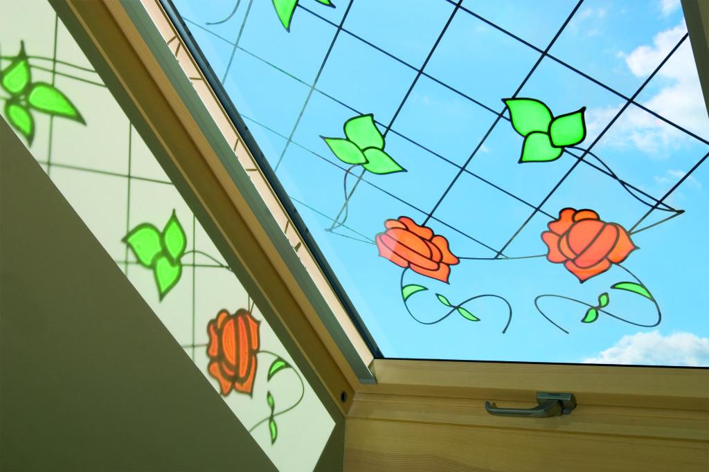 Витраж на деревянном мансардном окне