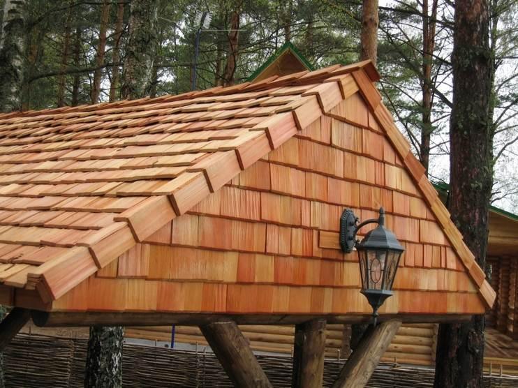 Крыша покрыта деревянной черепицей