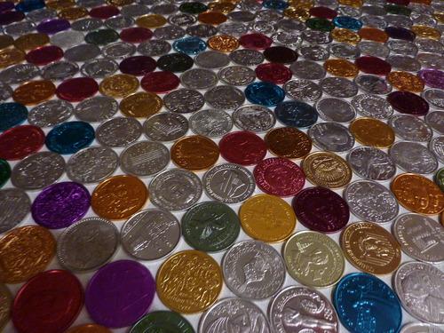 Разноцветные крашеные монеты на пол