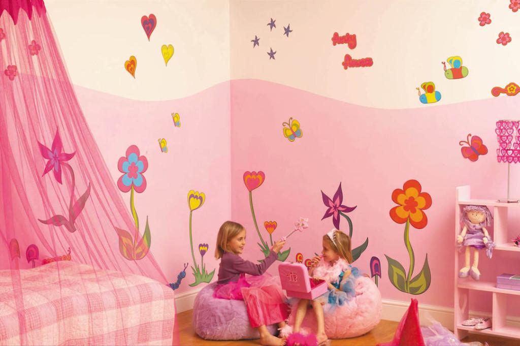 Розовые оттенки в обоях при оформлении детской для девочки