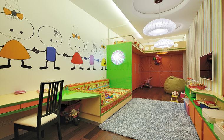Сочетание полосатых и фотообоев в детской