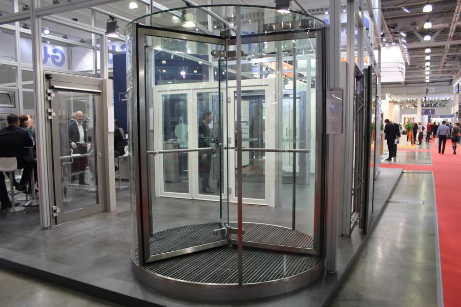 Цельностеклянная круглая карусельная дверь типа GGG с автоматическим позиционированием