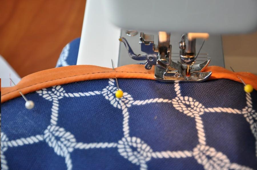 Обметка кромки сидения пуфика