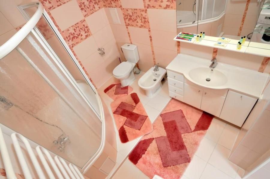 Отделка ванной и санузла в розовой гамме