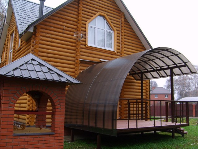 Входная группа деревянного дома с навесом