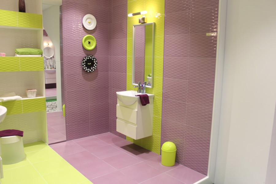 Интерьер ванной комнаты из керамической плитки компании Keramin