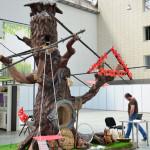 Многофункциональное бетонное дерево: камин, барбекю и семейный очаг