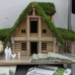 Макет дома из оцилиндрованного бревна «зеленой» крышей