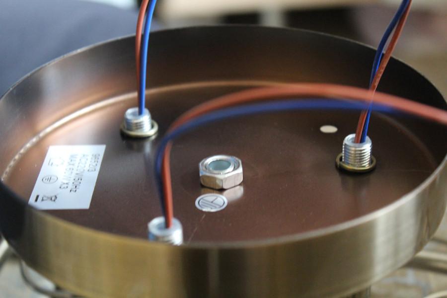 Провода продеты через трубки и заведены в потолочную чашу