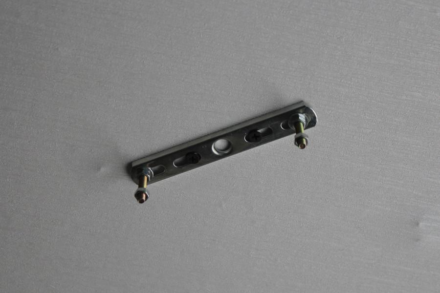 Установленная потолочная планка для люстры