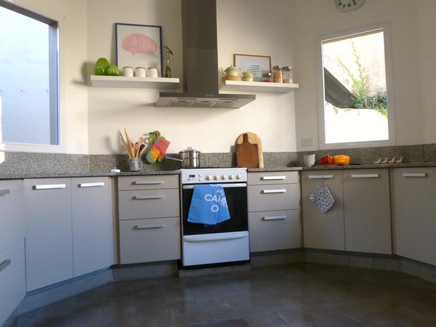 Различные ящики и полочки для хранения кухонной утвари
